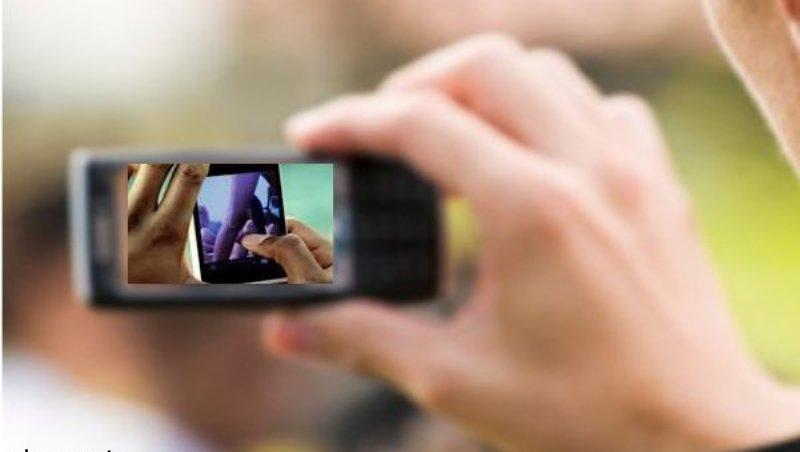 दो दोस्तों से खिंचवाई अश्लील तस्वीरें